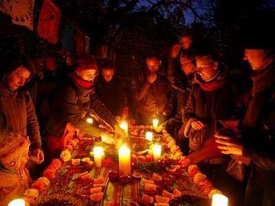 Večerní stromovku rozsvítily barevné plamínky svíček.