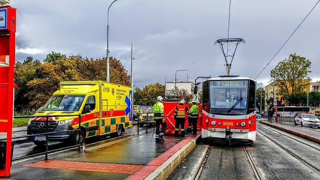 Mladá žena střet s tramvají na Petřinách nepřežila.