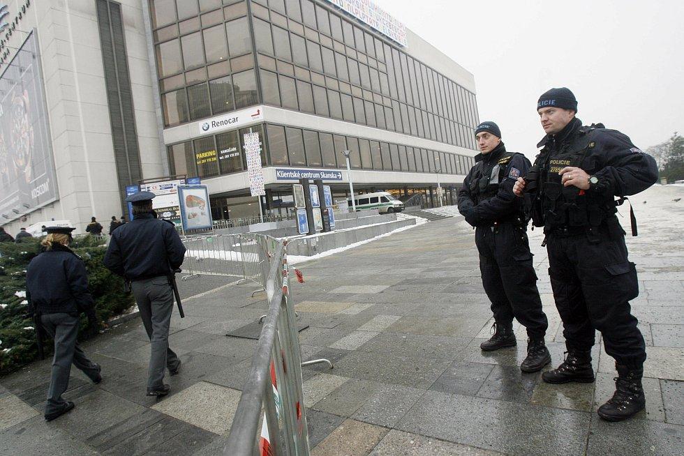 Policisté hlídají okolí Kongresového centra v roce 2009 při českém předsednictví Rady EU.