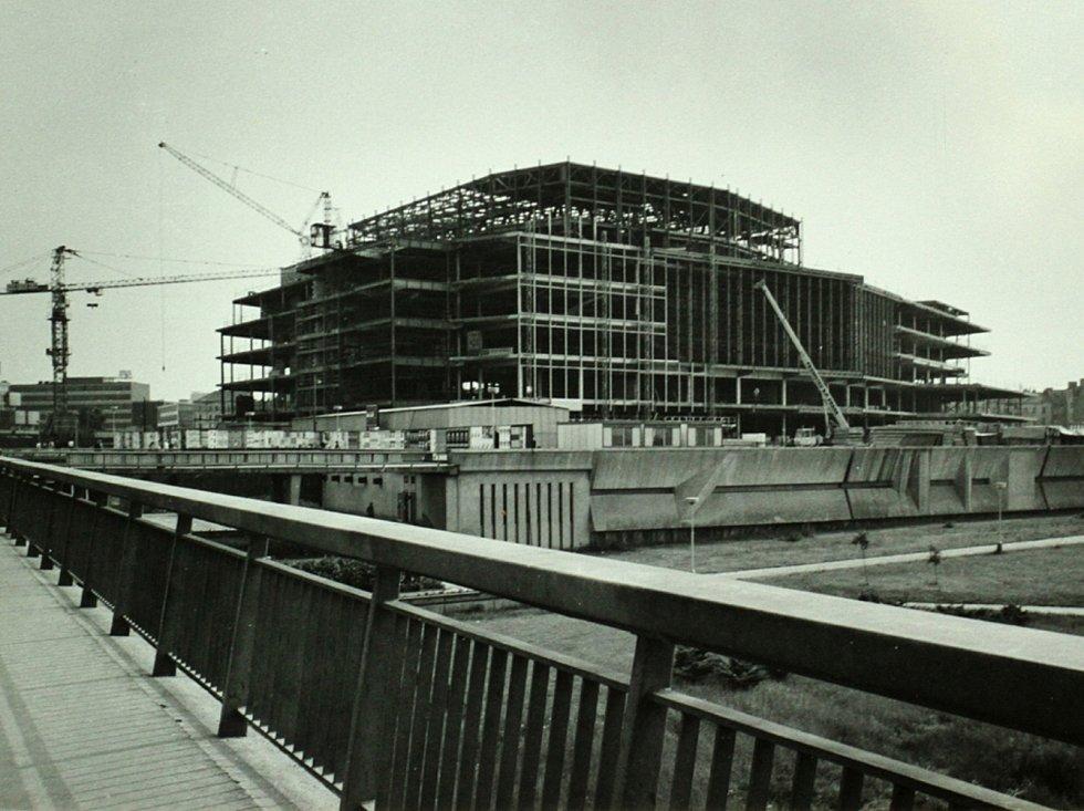 Palác kultury, dnes Kongresové centrum Praha, se začal stavět v roce 1976 na místě hřiště fotbalového klubu Nuselský SK.