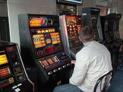JE JICH AŽ MOC. Počet hracích automatů se proto město pokusí v budoucnu postupně snižovat.