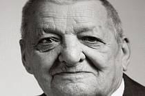 Ze zedníka úředníkem. Šestaosmdesátiletý Josef Čepelák se vyučil zedníkem. Po přestěhování do Prahy ale zamířil na ministerstvo spravedlnosti, kde vydržel až do důchodu.