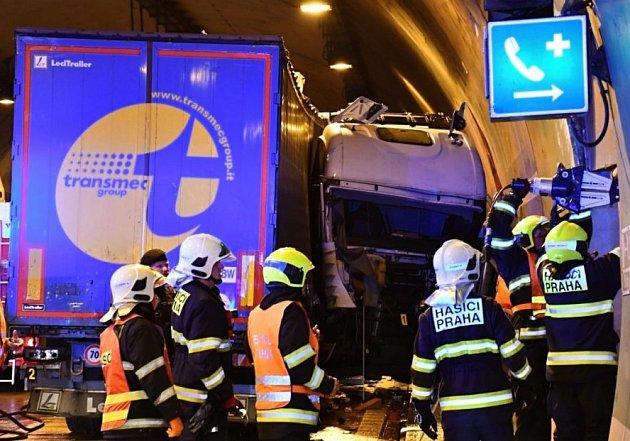 Tunely na Pražském okruhu stály kvůli nehodám kamionů. Pro jednoho řidiče letěl vrtulník.