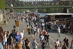 Rozvolnění protiepidemických opatření a letní počasí byly v pondělí kombinací, která vyhnala do ulic stovky Pražanů. S redakčním objektivem jsme navštívili náplavku u Palackého náměstí.
