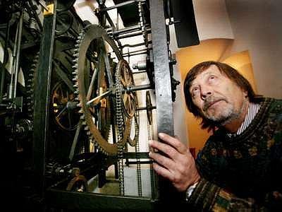 Pro nastavení šest století starého orloje žádný manuál neexistuje.