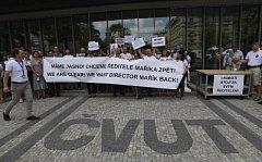 Proti odvolání ředitele institutu informatiky a robotiky ČVUT protestovali zaměstnanci.