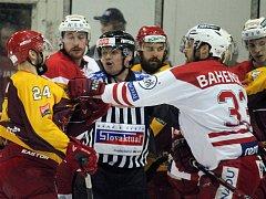 Deváté kolo baráže o hokejovou Tipsport extraligu: HC Slavia Praha - HC Dukla Jihlava 3:2 po samostatných nájezdech.