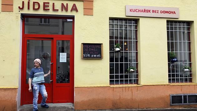 Jídelna Kuchařek bez domova se otevřela v Brožíkově ulici na Praze 5.