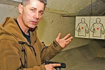 """Pavel Černý v Praze učil střílet tisíce policistů. Sám se udržuje """"ve formě"""" na Praze 9 a netají se s odvážným názorem, že zpřísňování pravidel pro držení zbraní je špatné."""