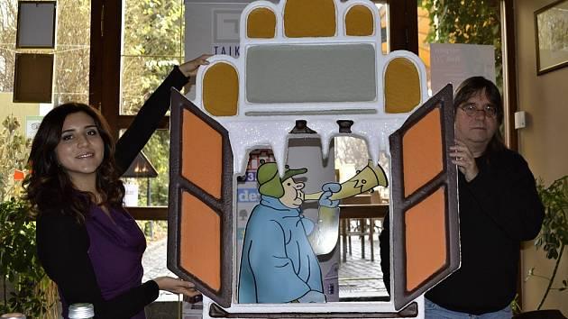 Ladova ponocného v okně, které návštěvníky vánočního Staroměstského náměstí v Praze zavede do staročeských tradic, představila za tvůrce dekorací Kateřina Hájková a vnuk slavného českého malíře Josef Lada.