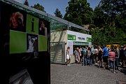 Tisíce lidí navštívili 6. července pražskou zoo. fronta, pokladna