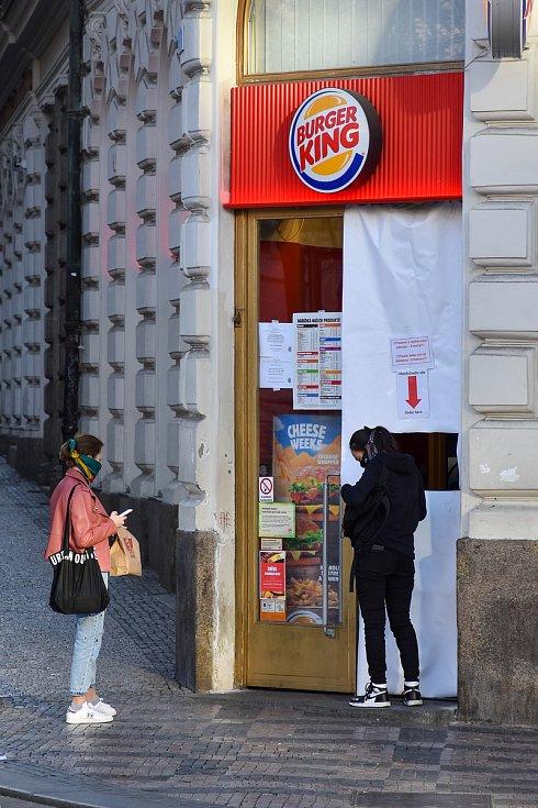 Prázdné ulice Prahy a lidé s rouškami 18. března 2020. Provoz Burger King na Václavském náměstí v době karantény.