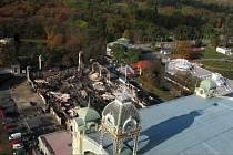Ani tři měsíce po zkáze levého křídla Průmyslového paláce se však magistrát s Inchebou, která by měla vystavět repliku levého křídla Průmyslového paláce nejpozději do 30. září roku 2010, nedohodl.