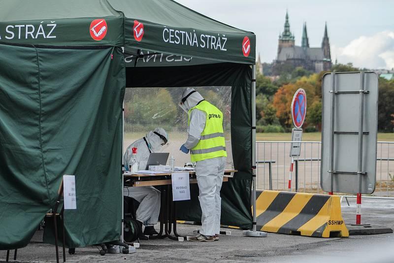Voliči v karanténě nebo izolaci kvůli covid-19 volí například na Letenské pláni.