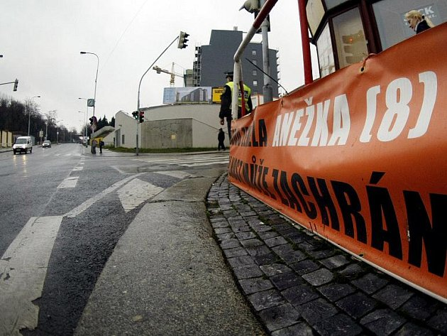 Na tragickou událost upozorňuje u místa nehody také banner na zábradlí. Vyzývá projíždějící řidiče k ohleduplnosti, která může zachránit život dalším lidem. Rekonstrukce přechodu se zatím nechystá.