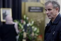 Lidé se přišli 7. listopadu rozloučit do pražského krematoria ve Strašnicích s hercem Bořivojem Navrátilem. Na snímku Lukáš Vaculík.