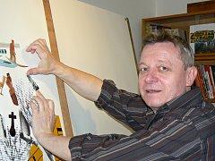 Výtvarník Karel Aubrecht připravuje koláž pro svou novou výstavu.