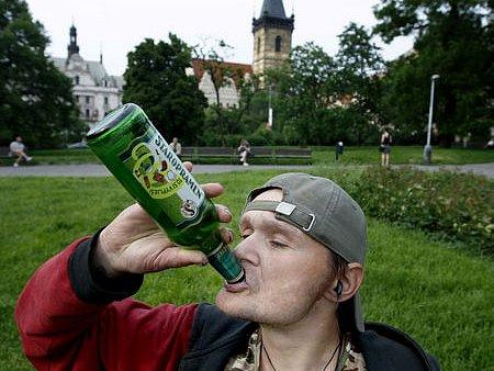 ZAKÁZÁNO - UŽ OD ČERVENCE . Záleží na strážnících, jak budou pití alkoholu na vybraných místech řešit./Ilustrační foto