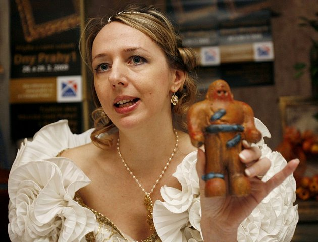 Andrea Pitronová z pořádající agentury Crest Communication ukazuje sošku Golema.