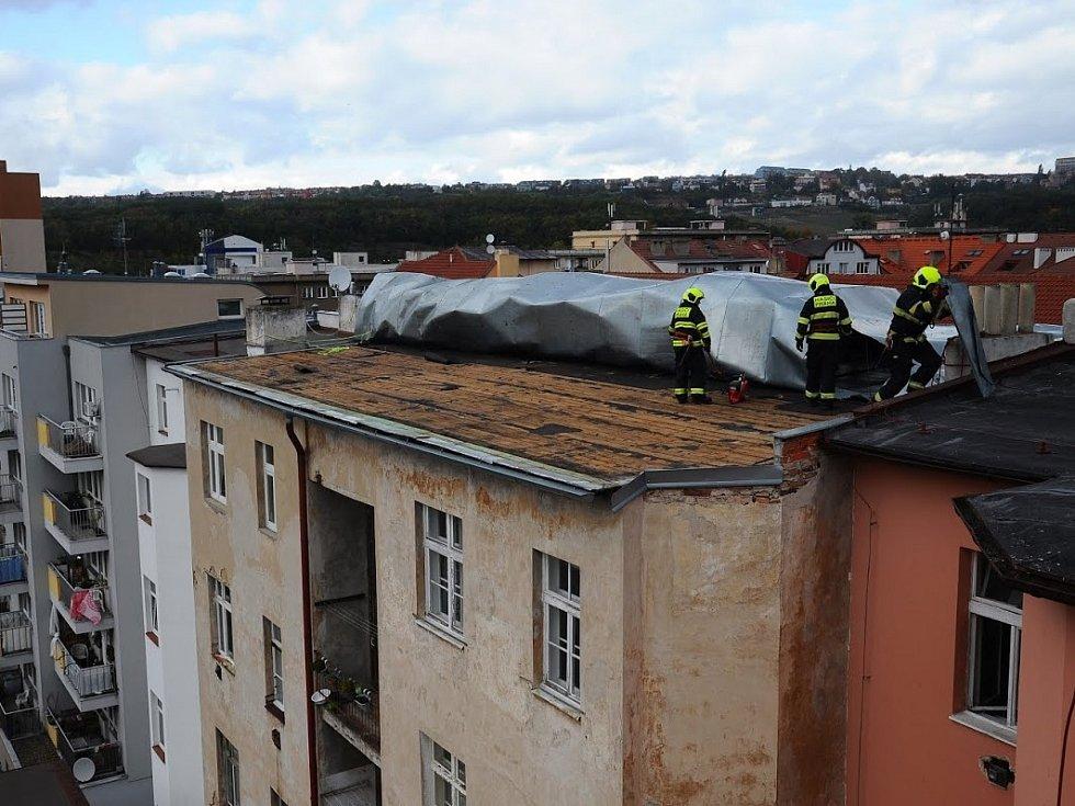 Hasiči likvidovali následky silného větru Mortimer po celé Praze.