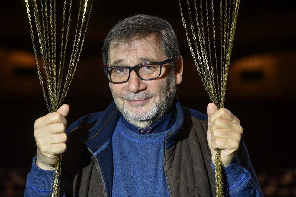 Divadelní, televizní a filmový herec, režisér, podnikatel, scenárista, vysokoškolský divadelní pedagog, divadelní ředitel a politik Tomáš Töpfer .