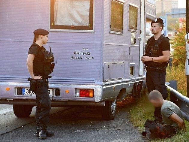 Zdrogovaný muž se zákazem řízení v karavanu ujížděl pražským strážníkům.