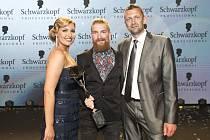 Kadeřník roku 2013 Jan Balcařík (uprostřed) se zástupci vyhlašovatele, firmy Schwarzkopf Professional, Lucií Záhorovou a Petrem Freibergem.