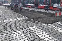 Rozšiřování tramvajového ostrůvku zastávky Malostranská.