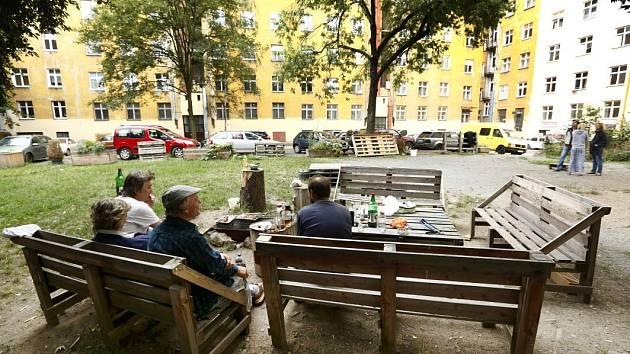 Akce Živé vnitrobloky ukáže využití pražských dvorů.