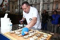 Vítězem 14. ročníku MAKRO Mistrovství České republiky v otevírání ústřic se stal Václav Frič z restaurace Na Pekárně v Čakovičkách. Třicet ústřic typu Belon otevřel v čase 5 minut 42 sekund.