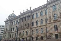 Nově zrekonstruovanou historickou budovu Národního muzea obléhají davy fanoušků. Čekají na vstup zdarma.