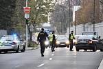 Motorkář na Smíchově srazil chodkyni se dvěma psy, zemřela mladá žena a jedno ze zvířat.