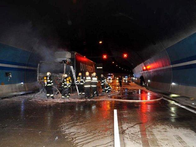 Nepojízdný kamion v Lochkovském tunelu. Ilustrační foto.