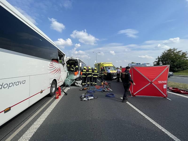 Dopravní nehoda dvou autobusů v ulici K Barrandovu v Praze.