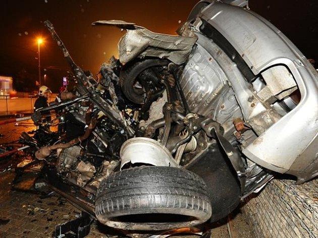 Tragická ranní nehoda uzavřela Evropskou ulici ve směru z centra Prahy. Nehoda, při které zahynul pětadvacetiletý řidič vozu Porsche Cayenne, se stala na křižovatce s Vokovickou ulicí.