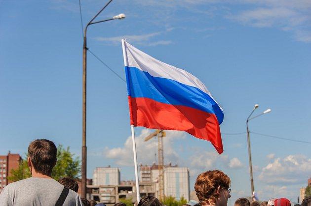 Ruská vlajka při protestech. Ilustrační foto.