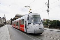 Touto nízkopodlažní tramvají s kolem ještě ne. Až za rok, tramvají ForCity.