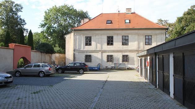 Budova Starého děkanství, pod níž se nachází zhruba polovina pozůstatků zkoumaného vyšehradského kostela.
