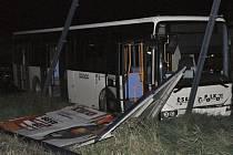 Řidič autobusu zemřel za volantem, možná i dřív, než naboural