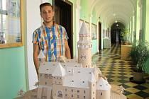 Karel Mayer s modelem hradu Bouzov.