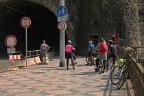 Během uzavírky řídí dopravu pro pěší a cyklisty ve Vyšehradském tunelu semafor.
