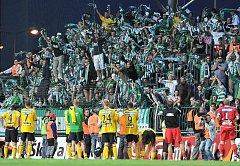 KONEČNÉ TŘI BODY. Hráči Bohemians 1905 slaví první vítězství v sezóně se svými věrnými fanoušky.