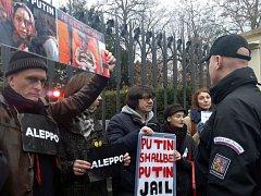 Demonstrace u ruského velvyslanectví v Praze.