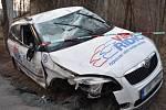 Ujíždějící zdrogovaný muž se zákazem řízení se převrátil s kradeným autem na střechu.