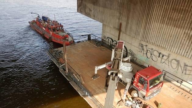 Opravy Barrandovského mostu v Praze.