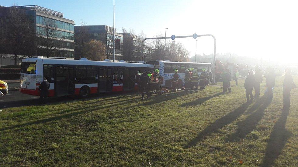 Na Chodově došlo k nehodě dvou autobusů.