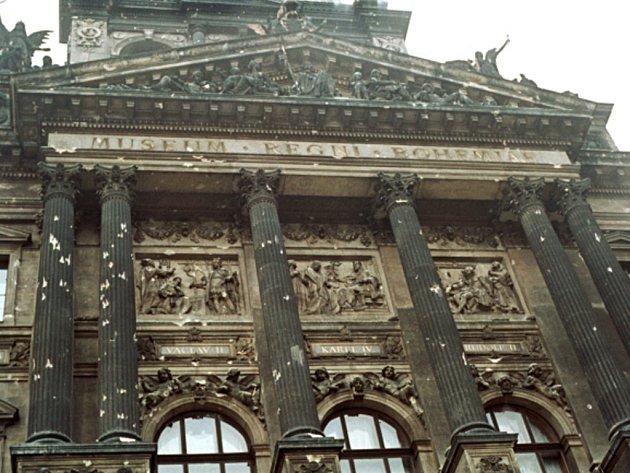 Rozstřílená fasáda budovy Národního muzea. Archivní foto.