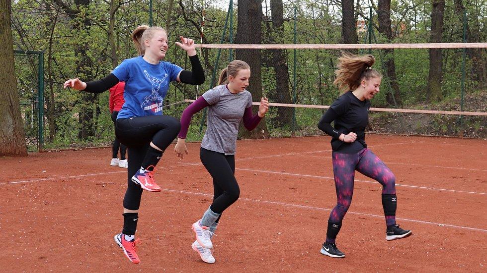 Mladší a starší žákyně VK Lvi Praha trénovaly na Klamovce.