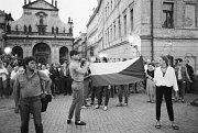 LIDÉ V ULICÍCH. Protest proti sovětské okupaci na Křižovnickém náměstí před kostelem sv. Salvátora.