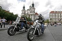Necelá šedesátka bikerů se zúčastnila mezinárodní motocyklové charitativní akce, která ukončila 22. května svou jízdu Evropou před staroměstskou radnicí v Praze.